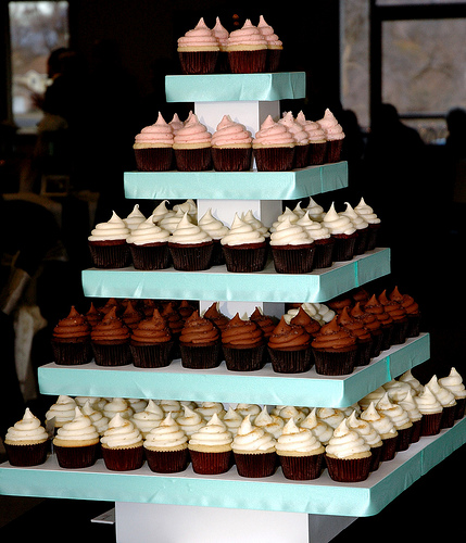Wedding Cupcake Tower: Wedding Cake Vs Wedding Cupcakes